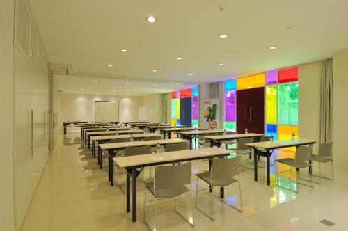 A restaurant or other place to eat at POP! Hotel Teuku Umar