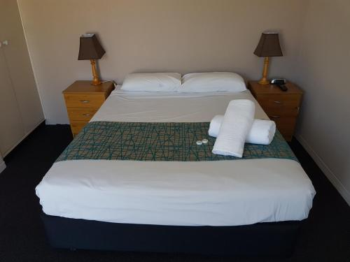 A bed or beds in a room at Gateshead Tavern & Motel