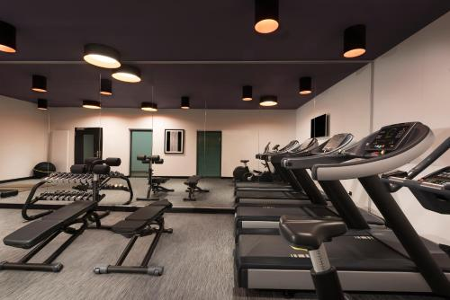 The fitness centre and/or fitness facilities at Adina Apartment Hotel Nuremberg