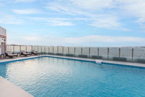 المسبح في فندق و شقق كورال مسقط أو بالجوار