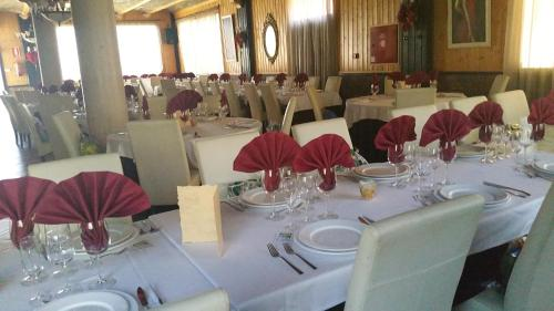 A restaurant or other place to eat at Hotel Gardu