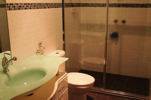 A bathroom at Lake Tyrrell Accommodation