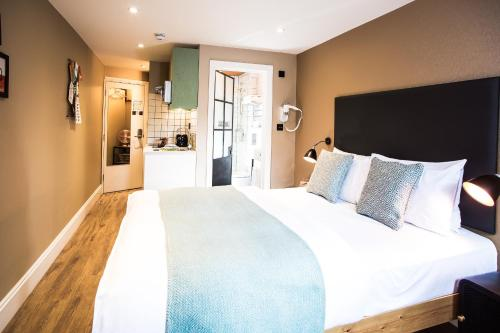 A bed or beds in a room at room2 Hammersmith Hometel