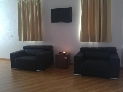 A television and/or entertainment centre at Hotel Gardu