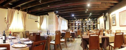 Un restaurante o sitio para comer en Apartamentos Turísticos los Abuelos