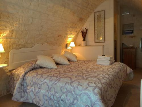 A bed or beds in a room at B&B Trulli Donna Isabella