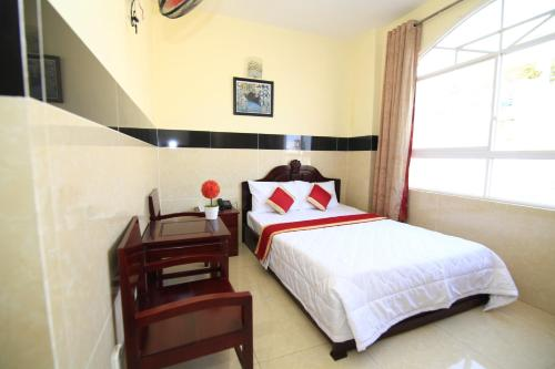 A bed or beds in a room at Truong Giang Hotel