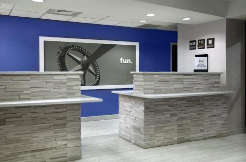The lobby or reception area at Hampton Inn Orlando-Airport
