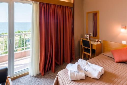 Ένα ή περισσότερα κρεβάτια σε δωμάτιο στο Queen Olga Hotel