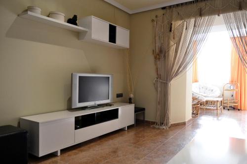 Una televisión o centro de entretenimiento en Apartamento Plaza Mayor Trujillo