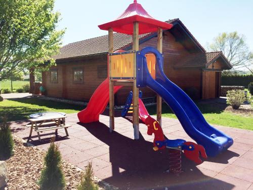 Ein Kinderspielbereich in der Unterkunft Landgasthof Hotel Bechtel