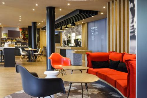 The lounge or bar area at Ibis Granada
