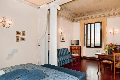 A seating area at Palazzo Ravizza