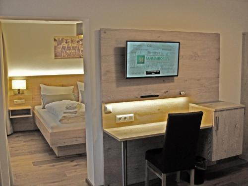 A television and/or entertainment centre at Mammhofer Suite & Breakfast