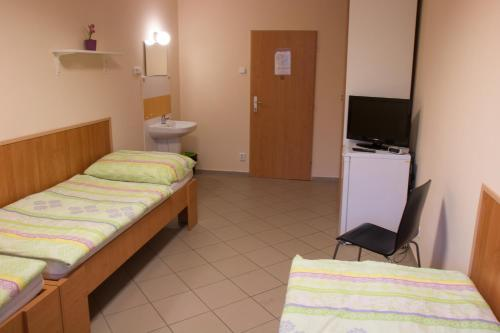 A bed or beds in a room at Ubytovna u Kožovy Hory