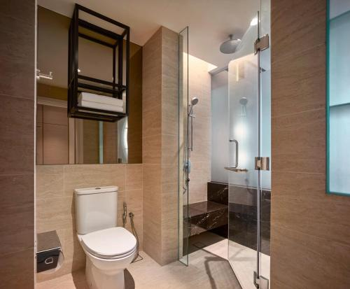 A bathroom at Hotel Stripes Kuala Lumpur, Autograph Collection