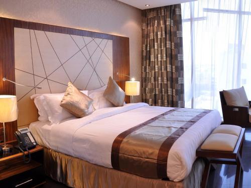 Cama ou camas em um quarto em Nelover Qurtubah Hotel