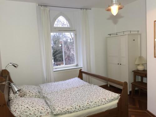Ein Bett oder Betten in einem Zimmer der Unterkunft Lilienthalschlösschen