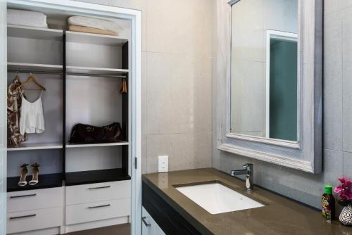 A bathroom at Park Cove Apartment 1