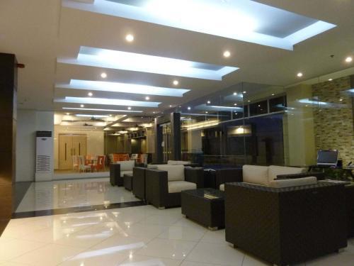 The lobby or reception area at Circle Inn - Iloilo City Center