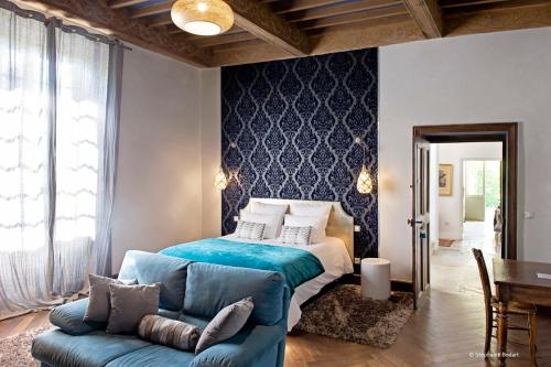 A bed or beds in a room at La Devinie