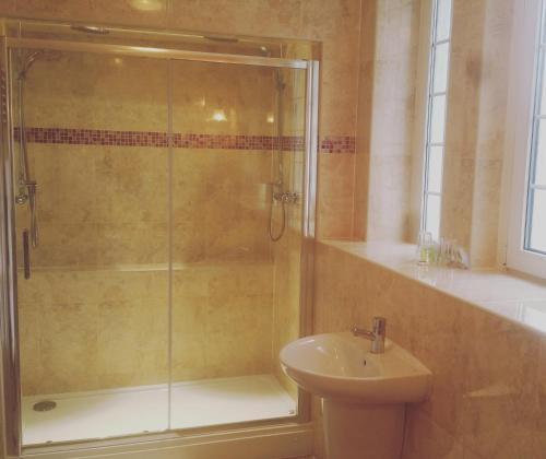 A bathroom at Manor Parc Hotel