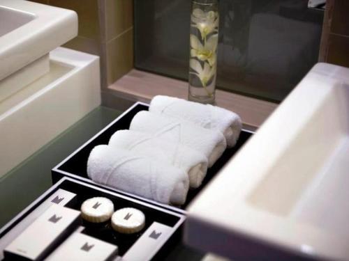 A bathroom at Millennium Airport Hotel Dubai