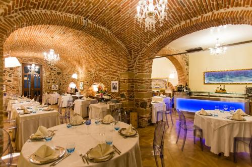 A restaurant or other place to eat at Mariano IV Palace Hotel