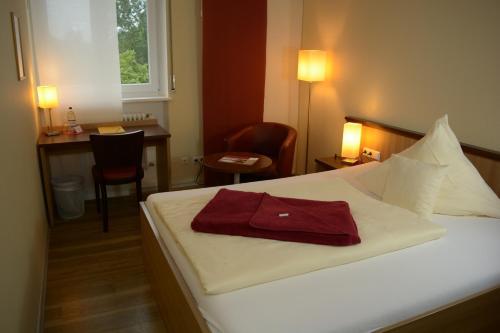 Кровать или кровати в номере Tagungshaus Regina Pacis