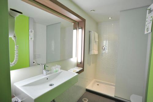 A bathroom at Campanile Málaga Airport