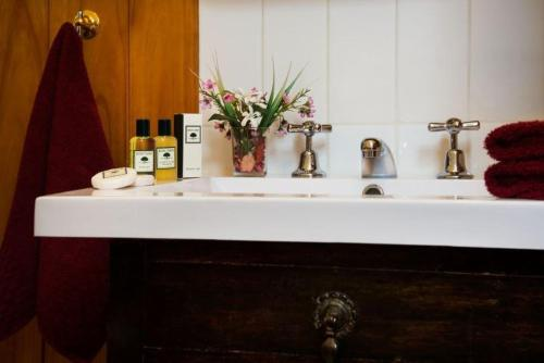 A bathroom at Maldon's Eaglehawk Motel