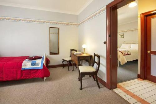 A bed or beds in a room at Maldon's Eaglehawk Motel