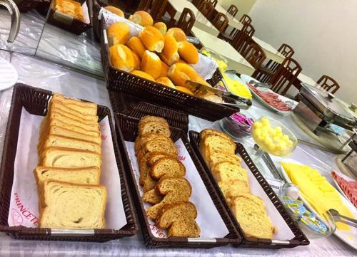 Opções de café da manhã disponíveis para hóspedes em Princetel Palace Hotel