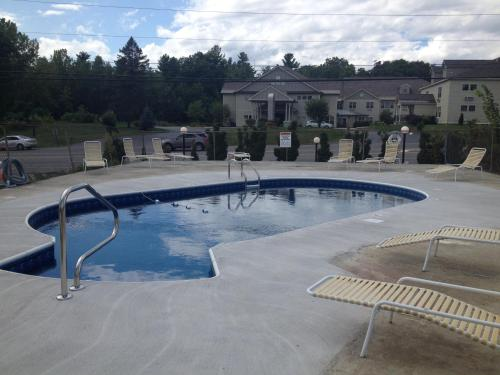 The swimming pool at or close to Top Hill Motel