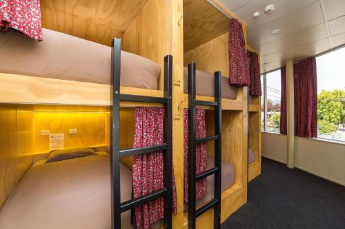 A bunk bed or bunk beds in a room at Tahuna Pod Hostel