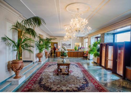 Hall o reception di Grand Hotel Vesuvio