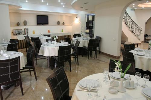 A restaurant or other place to eat at Hotel Vedzisi
