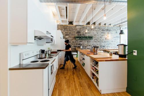 A kitchen or kitchenette at Auberge Saint-Paul Old Montreal
