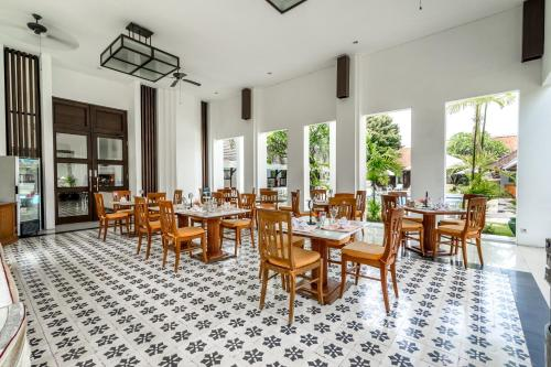 A restaurant or other place to eat at Inna Bali Heritage Hotel