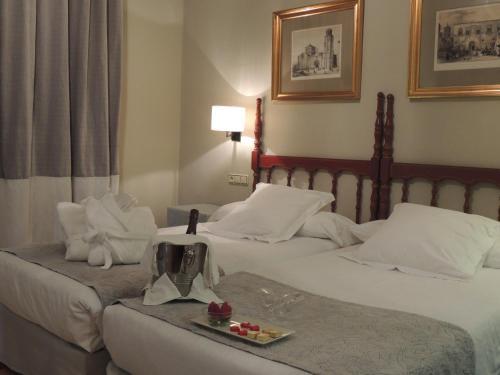 A bed or beds in a room at Parador de Zamora