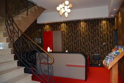 The lobby or reception area at Logis Hôtel du Centre - Idéal pour rayonner et visiter les plus beaux Marchés de Noël