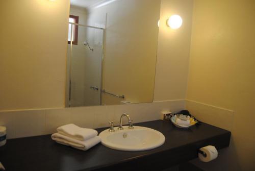 A bathroom at Grange Burn Motel