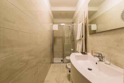 A bathroom at Charming Palace Corte del Teatro