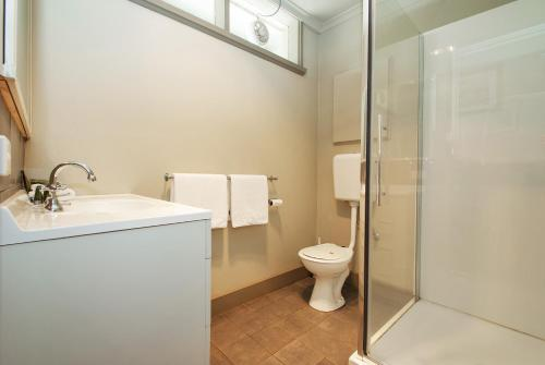 A bathroom at Bright Motor Inn