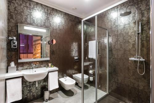 A bathroom at Hotel Palazzo Zichy Budapest