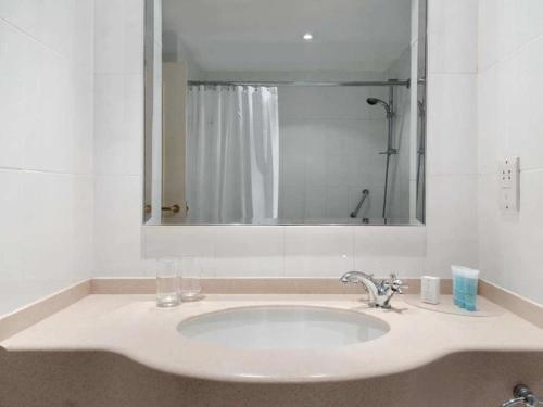A bathroom at Bromsgrove Hotel and Spa