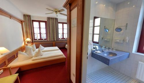 A bathroom at Hotel Augsburger Hof