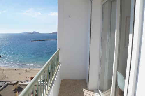 A balcony or terrace at Appartement T3 Pharo - Vue panoramique sur Notre Dame et la plage des Catalans