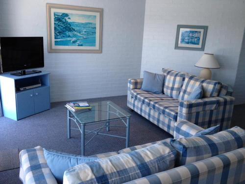 A seating area at Breakers Apartments