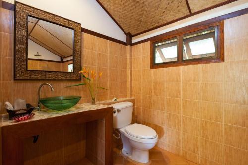 A bathroom at Palm Leaf Resort Koh Tao